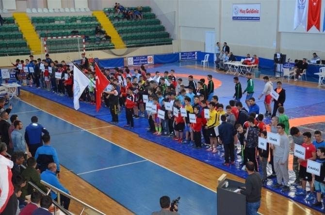 Güreş Türkiye Birinciliği Müsabakalarında heyecan sürüyor