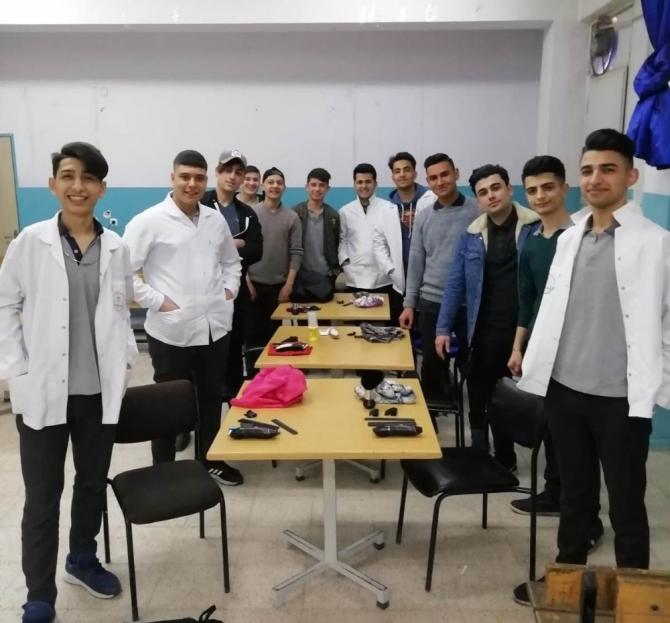 Kuaförlük öğrencilerinden kardeşlerine gönüllü tıraş