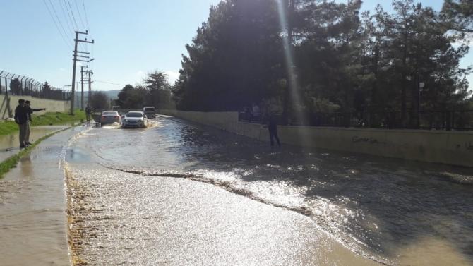 Siirt'te patlayan su borusu nedeniyle yollar gölete döndü