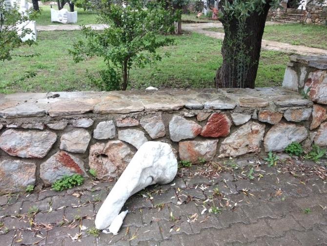 Tanrıça heykellerine saldıran sarhoş eski çalışan çıktı