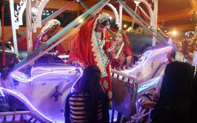 Pakistan'da 100 çiftin evlendiği toplu düğün töreninde renkli görüntüler oluştu