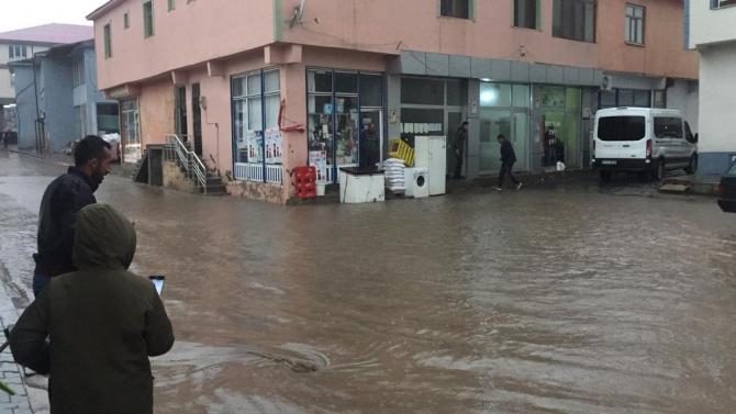 Karlıova'da sağanak etkili oldu, yollar göle döndü