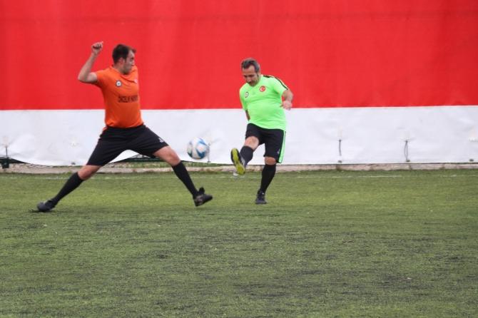Aksaray protokolü 'Öncelik Hayatın, Öncelik Yayanın' futbol maçı yaptı
