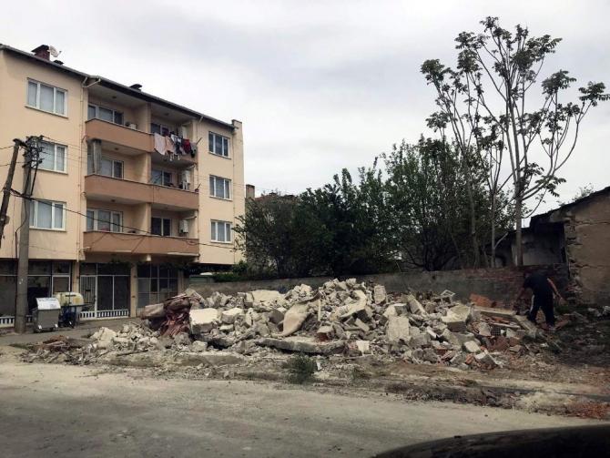 Yenişehir'de metruk binalar yıkılıyor