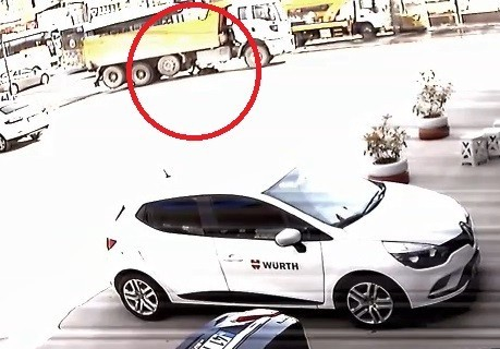 Yaşlı adamın hafriyat kamyonunun altında ezilme anı güvenlik kamerasında