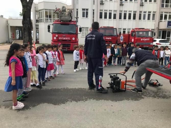 Finikeli minik öğrenciler itfaiyeyi ziyaret etti