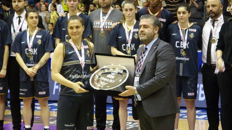Kadınlar Basketbol Süper Lig'inde Şampiyon Fenerbahçe kupasını aldı