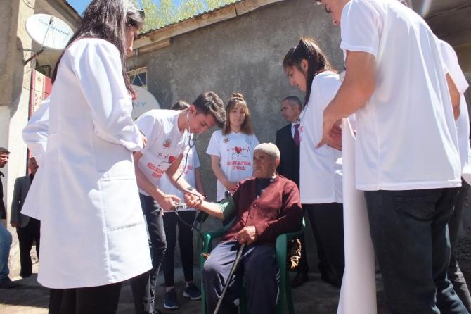 Lise öğrencileri, yaşlı ve hastalarla buluştu