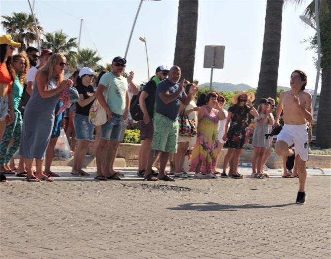 Yabancı turistlerden yarışmacılara alkışlı destek