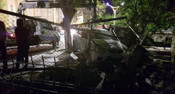 Alkollü sürücünün çarptığı otomobil bahçe duvarına girdi