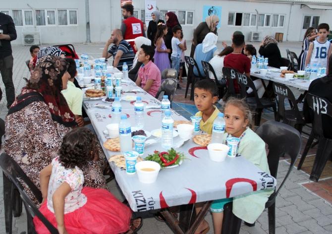 Türk Kızılay, 8 bin Suriyeliye iftar programı düzenledi