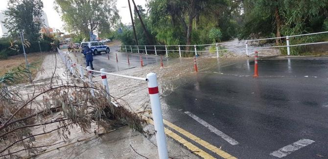 Kıbrıs'ta yaz yağmurları araçları devirdi
