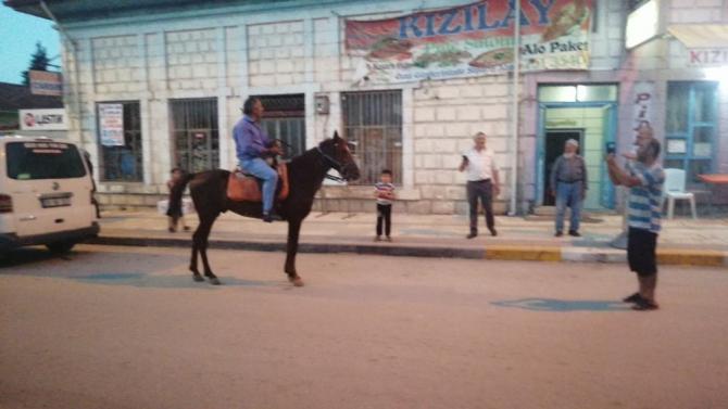 İlçede atıyla sokakları turlayan adam görenleri şaşırtıyor