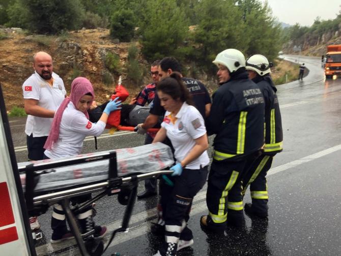 Antalya'da otobüs, otomobil ile çarpıştı: 3 yaralı