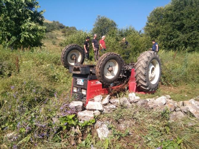 Traktör kazasında baba öldü oğlu yaralı kurtuldu