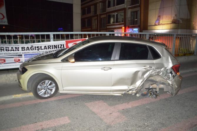 İki otomobil, İETT durağına daldı: 8 kişi yaralandı