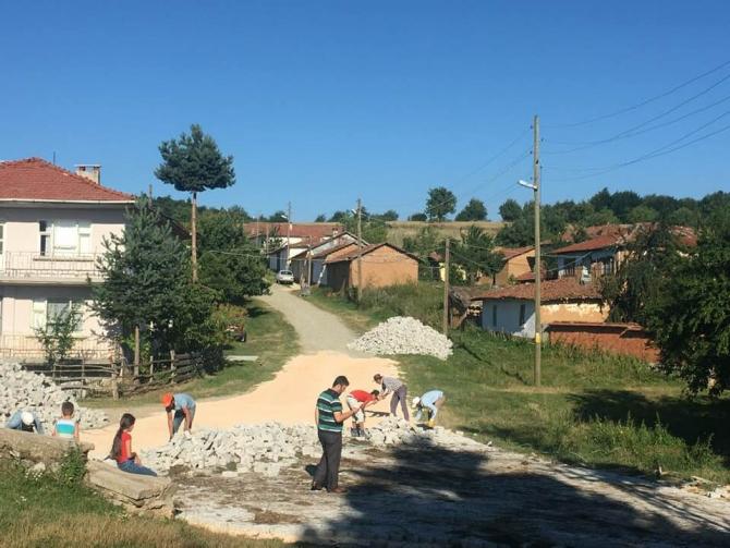 Pazaryeri'nin köylerinde eksik parke taşları döşenmeye başladı