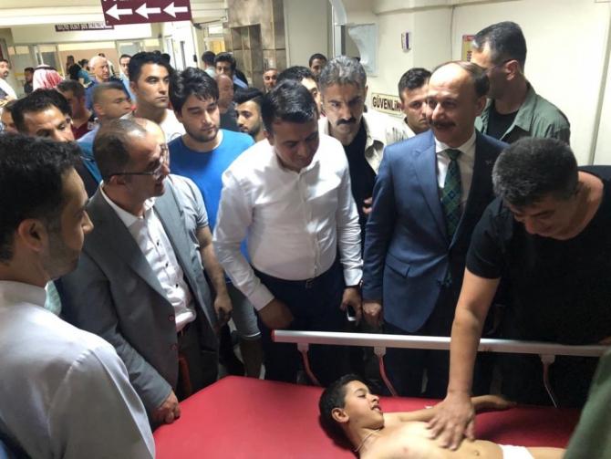 Şanlıurfa Valisi Suriye'den atılan roketle yaralananları ziyaret etti