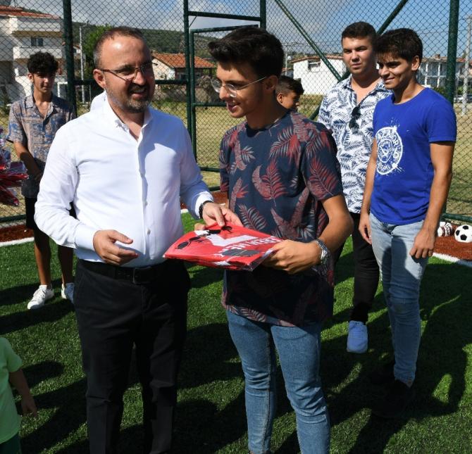 Bülent Turan, genç sporculara forma hediye etti