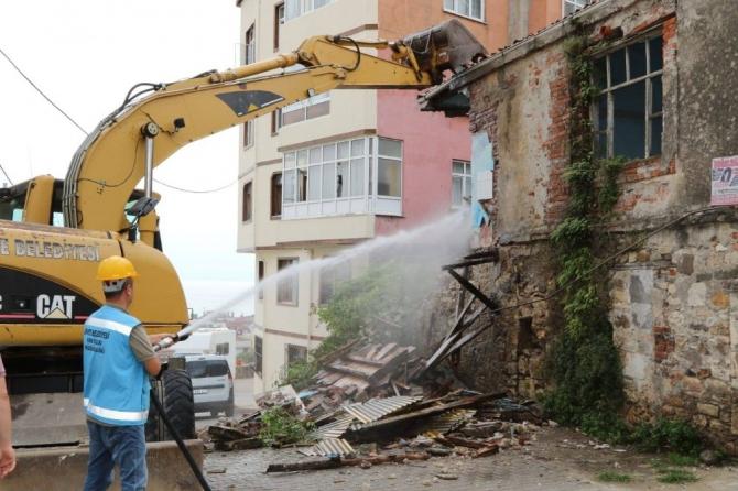 Ünye'de metruk binalar yıkılıyor