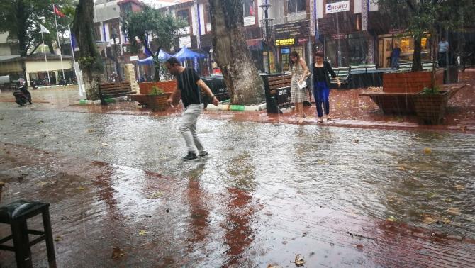 30 dakika yağmur yağdı, İznik göle döndü