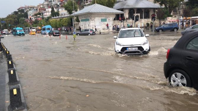 İstanbul'da etkili olan yağış sonrası Üsküdar'da kara ile deniz birleşti.