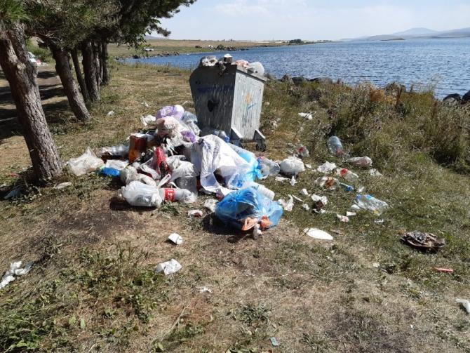 Çıldır Gölü etrafını çöplüğe çevirdiler