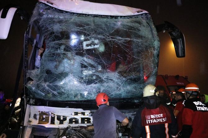 TEM'de, yolcu otobüsü tıra çarptı: 37 yaralı
