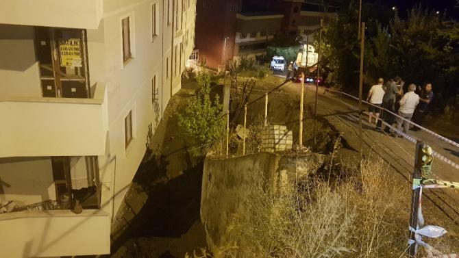 Karabük'te bir binan istinat duvarı çöktü
