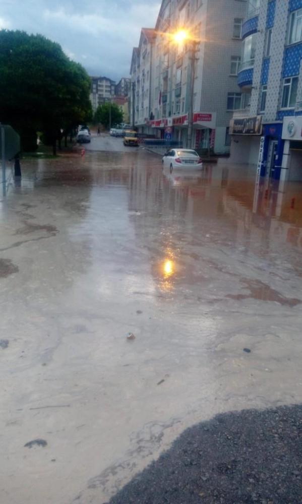 Yarım saatlik yağışla Kırşehir'de su baskınları oluştu