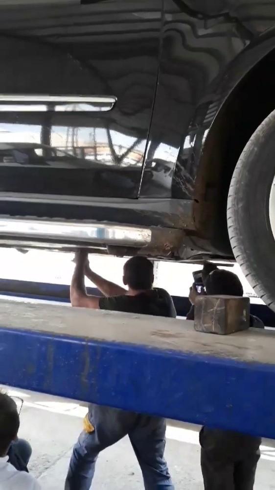 Sanayi esnafı otomobilin motoruna sıkışan kedi için seferber oldu
