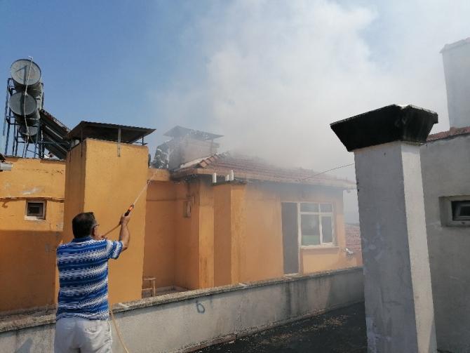 İzolasyon yapımı sırasında çıkan yangın paniğe neden oldu