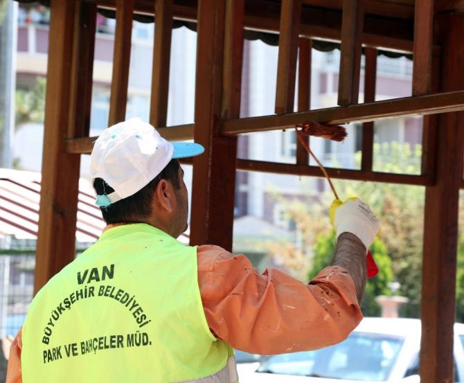 Van Büyükşehir Belediyesi parklarda bakım ve onarım çalışması başlattı