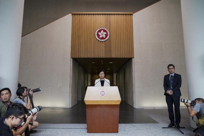 Hong Kong hükümeti geri adım attı