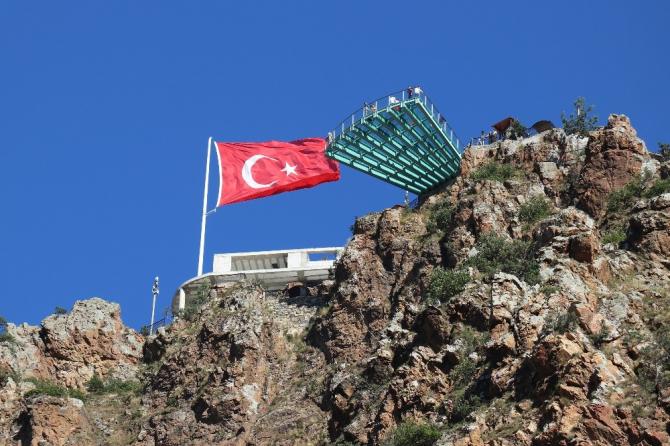 Adrenalin tutkunları Torul Kalesi Cam Seyir Terası'na akın ediyor