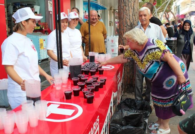 Alaşehir'de 5 ton üzüm suyu dağıtıldı
