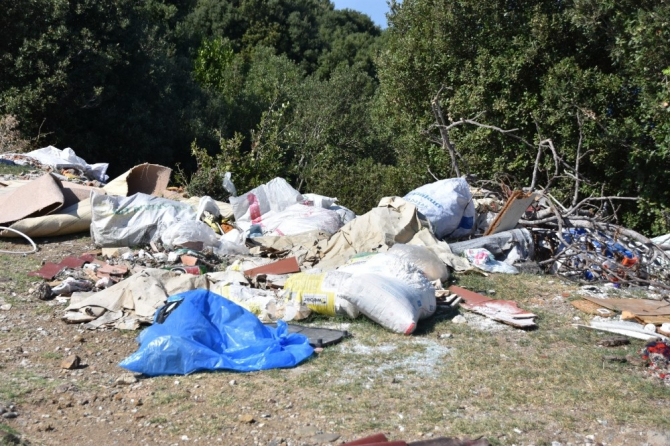 Adabaşı mevkisine atılan çöpler rahatsızlık veriyor