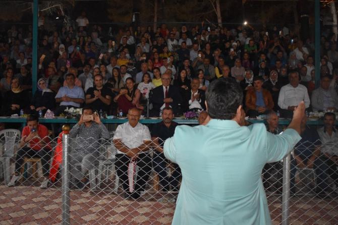 Hatay'ın Yayladağı ilçesinde vatandaşlar Bülent Serttaş konseriyle coştular