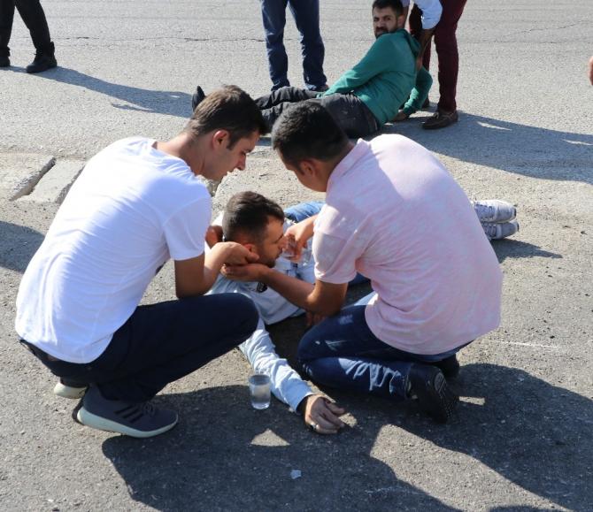 Vatandaşlar yaralıya elleriyle su içirdi