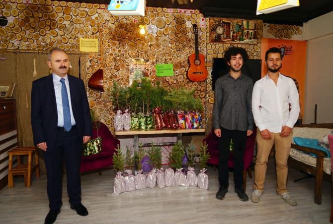 Kastamonu'da kahve içene fidan hediye eden gençler ödüllendirildi