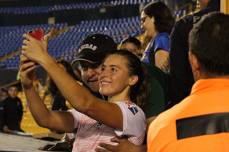 Tarihi maçta kadın futbolcuya iğrenç hareket!
