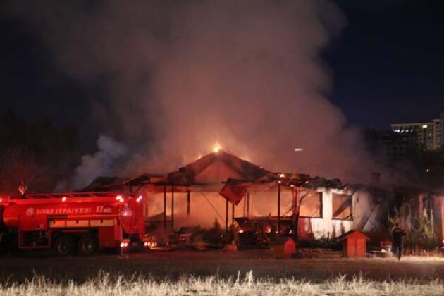 Sivas'taki at çiftliğinde korkunç bir yangın çıktı