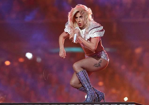 Lady Gaga, hayranının kucağında zıplarken sahneden düştü