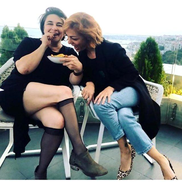 Esra Dermancıoğlu, elinde patates kızarmtasıyla kalça şovu