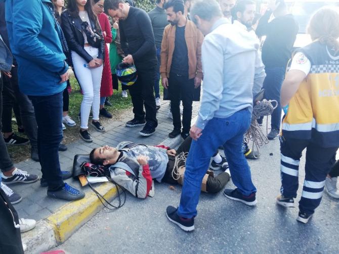 Motosikletli genç yaralandı, olay yerinden geçen doktor müdahale etti