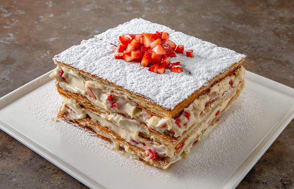 Çilekli milföy pasta nasıl yapılır? Gelinim Mutfakta Çilekli milföy pasta tarifi