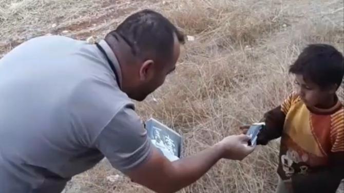 Polis, aracı durduran Suriyeli çocuğa çikolata verdi