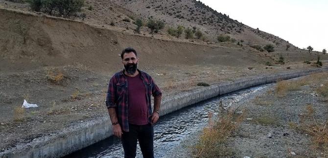 Erzincan'da köpeklerin kovaladığı kurt su kanalına düştü