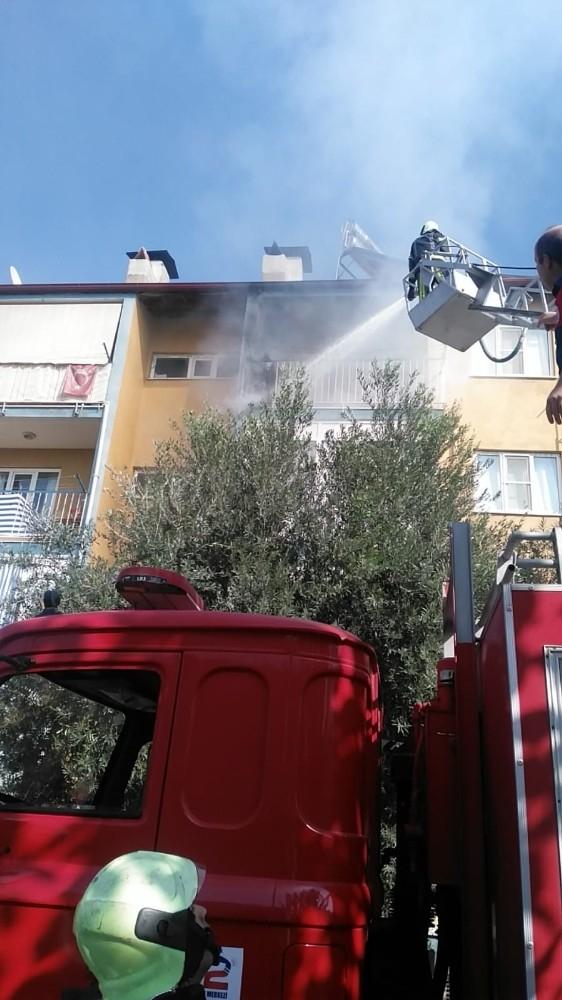 Apartmanın 4. katında çıkan yangın paniğe neden oldu