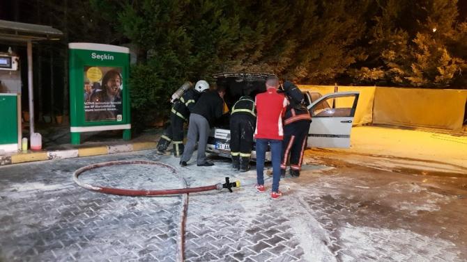Benzin istasyonunda faciadan dönüldü... Akaryakıt alan otomobil alev aldı
